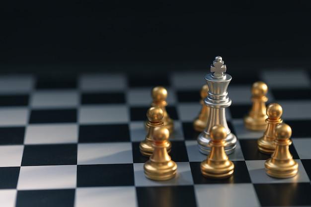 Schaakstuk in zilver werd omringd door een gouden schaakstuk