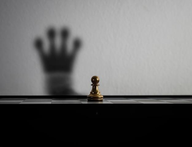 Schaakstuk is veranderd in de schaduw van de kroon.