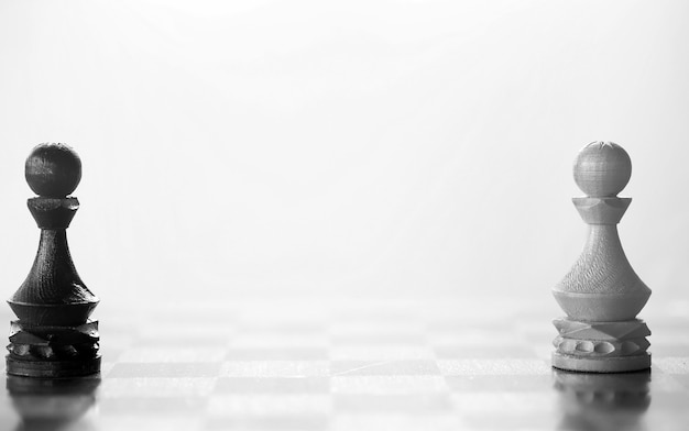 Schaakstuk pion stuk aan boord op witte achtergrond