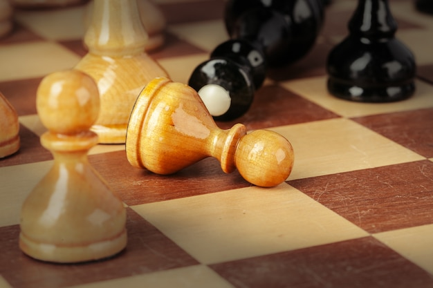 Schaakstukken op een houten schaakbord