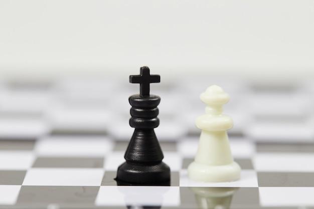 Schaakstukken op een schaakbord close-up