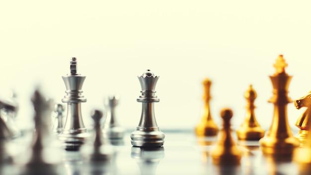 Schaakstukken op het schaakbord in vintage tinten bedrijfsstrategie ideeën strategische planning