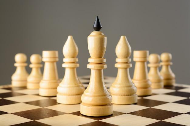 Schaakstukken op het schaakbord