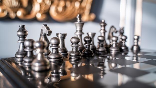 Schaakstukken op schaakmatbord