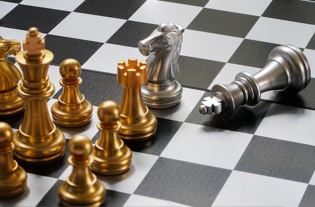 Schaaktoernooi tafels met schaaktimers op papier schaken.