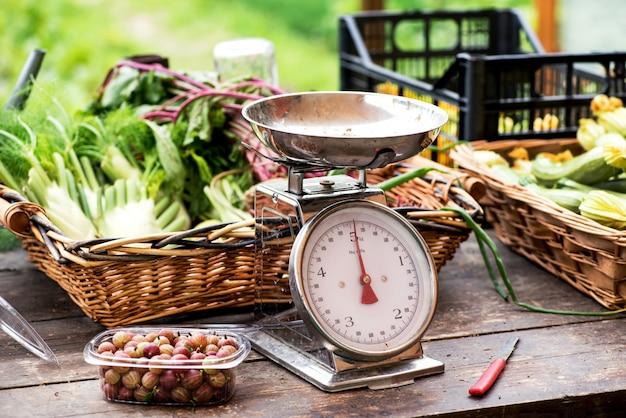 Schaal met vers voedsel op een marktlijst