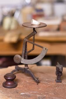 Schaal van ringen hardwerkende juwelier concept