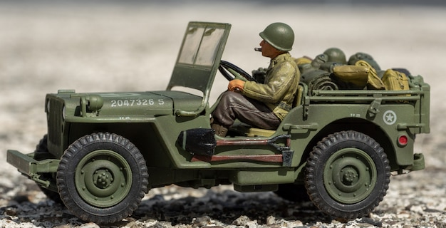 Schaalmodel speelgoed jeep in oorlogstijd buiten