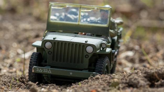 Schaalmodel speelgoed oorlogstijd jeep buiten