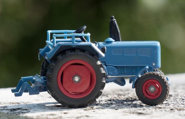 Schaalmodel van blauwe landbouwtractor