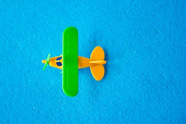 Schaalmodellen van gekleurde vliegtuigen