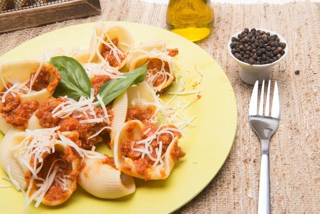 Schaaltype pastagerecht met vlees geserveerd op tafel