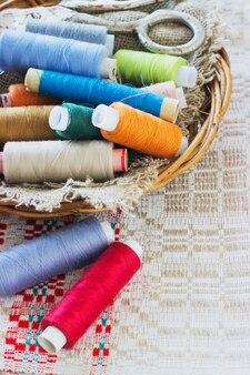 Schaar, klossen met draad en naalden, gestreepte stof. oude naaigereedschap