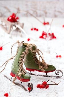 Schaatsen op sneeuw met kerstversiering.