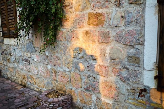 Schaduw van een kussend paar verliefd op een oude stenen muur