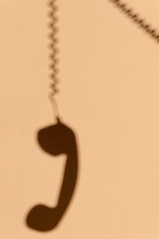 Schaduw van een telefoon aan de muur