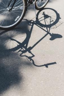 Schaduw van fiets op de weg