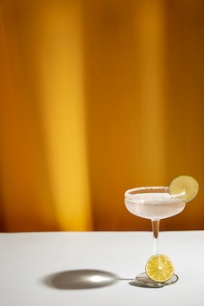 Schaduw van margarita-cocktailglas met zoute rand op witte lijst
