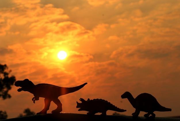 Schaduw van speelgoed dinosaurus met zonlicht