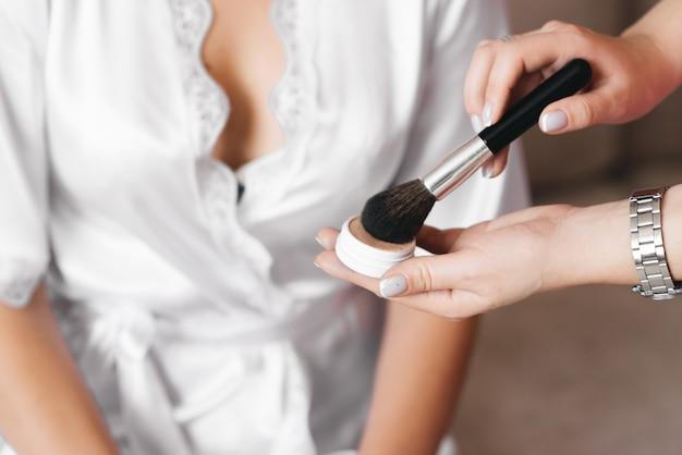 Schaduwen en blozen voor make-up close-up in een meisje