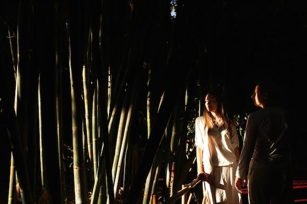 Schaduwen verbergen mooi paar die in een afrikaanse botanische tuin lopen