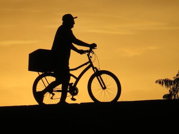 Schaduwfiguur, van, man, voortvarend, fiets,