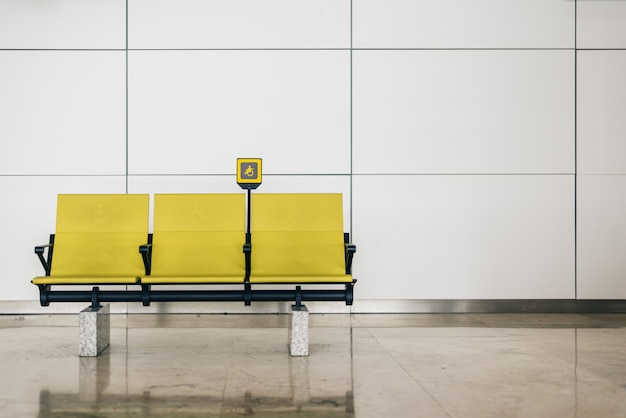 Schakel gele stoelen op de luchthaven uit
