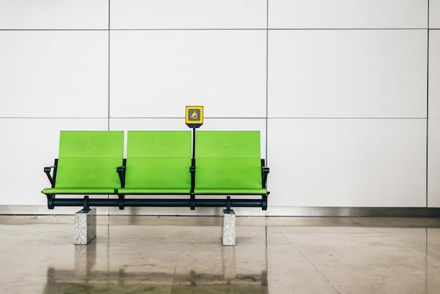 Schakel groene stoelen op de luchthaven uit