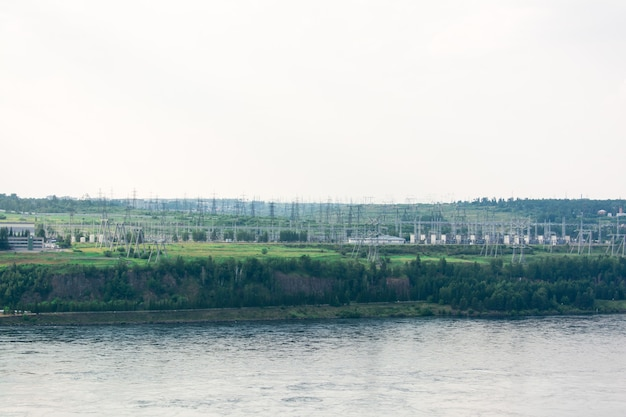 Schakelapparatuur op de lijnen van een waterkrachtcentrale op de rivieroever. hernieuwbare alternatieve energiebron