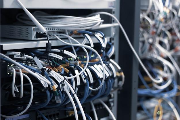 Schakelbord paneel met chaotische puinhoop kabels verbindingen