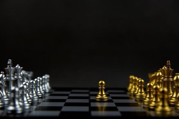 Schaken dat uit de lijn kwam concept van leiderschap en zakelijk strategisch plan.