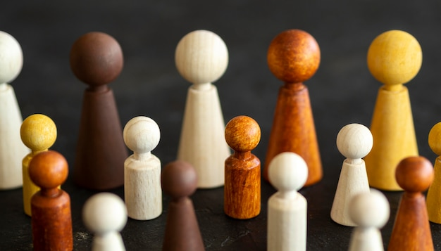 Schaken houten stukken op bureau