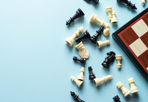 Schaken in de buurt van een schaakbord op blauwe achtergrond