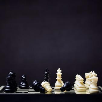 Schaken op een schaakbord gefotografeerd
