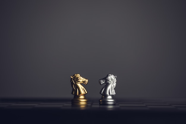 Schaken ridder paard op het schaakbord, stenen achtergrond