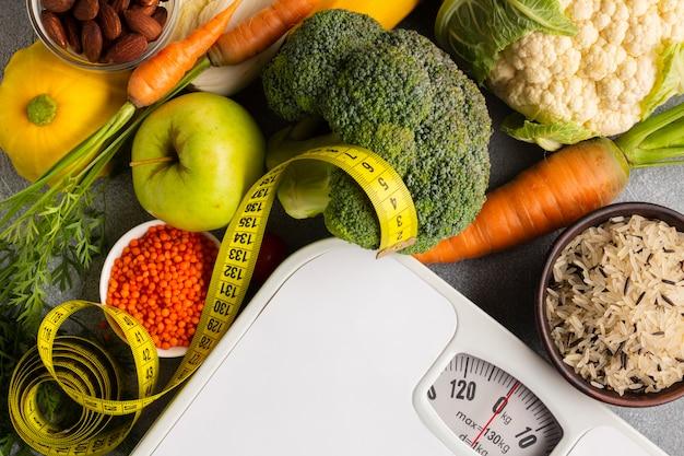 Schalen met kruiden en groenten