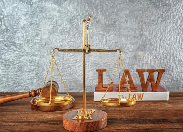 Schalen van justitie op houten tafel, close-up