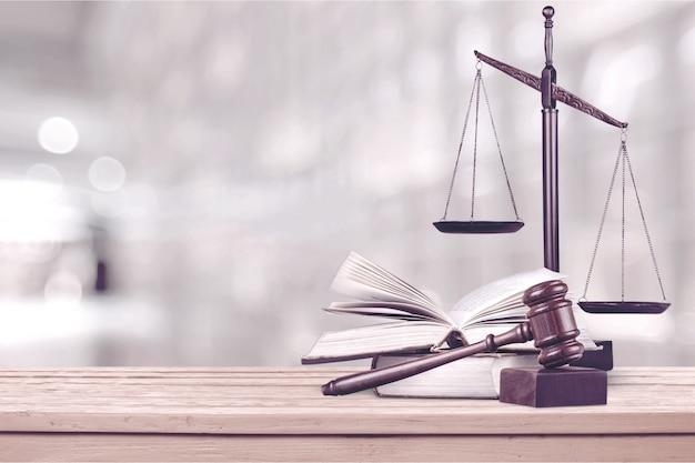 Schalen van rechtvaardigheid op wetboeken in een rechtszaal of advocatenkantoor. concept van de wet, juridische opleiding.