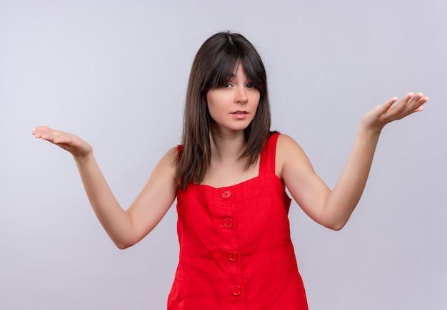 Schandalig jong kaukasisch meisje hief beide handen op geïsoleerde witte achtergrond op