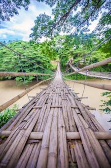 Scharnierende brug over de rivier loboc in bohol, filippijnen