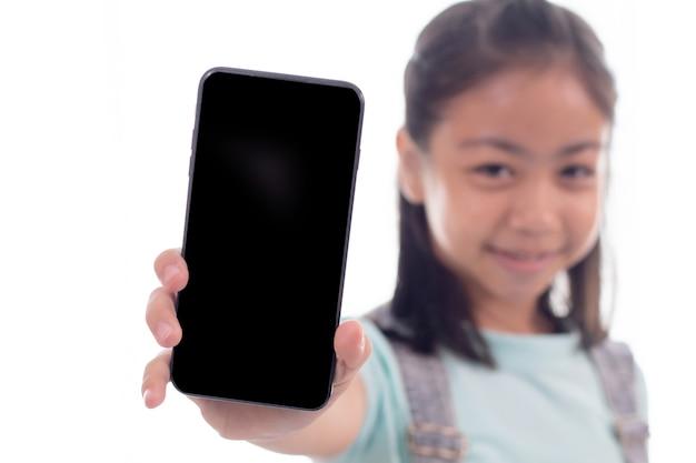 Schattig aziatisch slim meisje in casual speelspel of sms'en naar vriend op smartphone