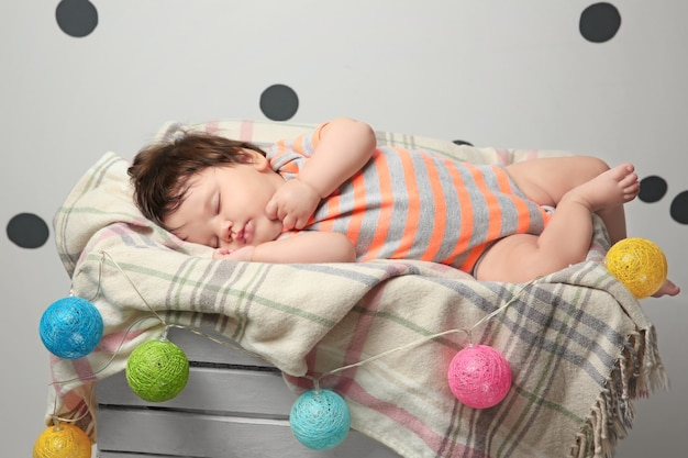 Schattig babymeisje dat thuis slaapt