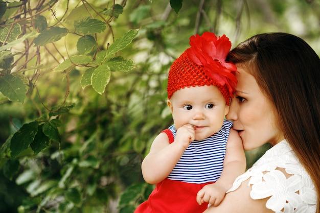 Schattig gelukkig kind met moeder
