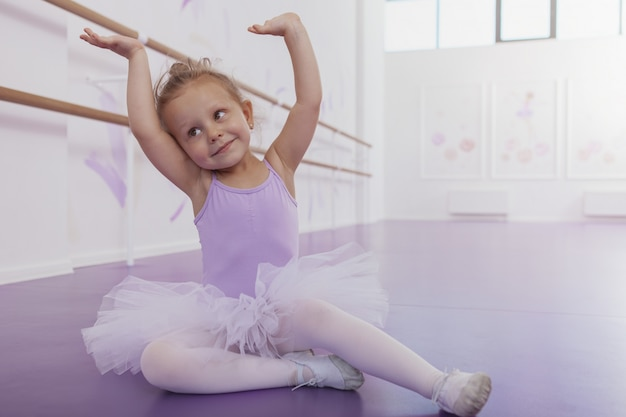 Schattig gelukkig meisje oefenen op dansles