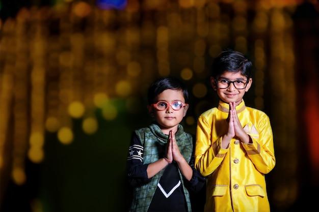 Schattig indiase kind op traditionele slijtage