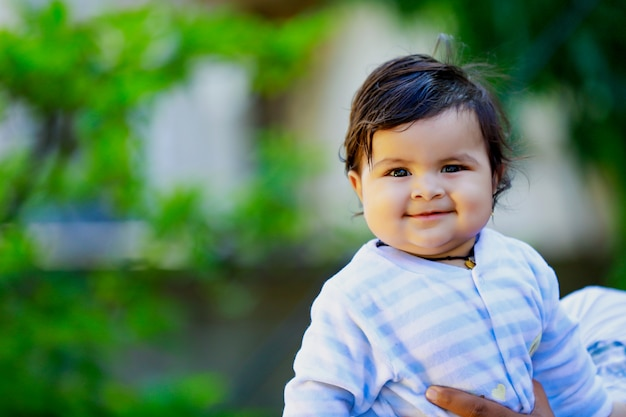 Schattig indiase klein kind glimlachen