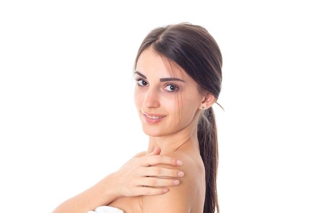 Schattig jong meisje zorgt voor haar huid geïsoleerd op een witte achtergrond. gezondheidszorgconcept. lichaamsverzorgingsconcept. jonge vrouw met een gezonde huid.