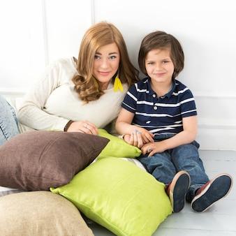 Schattig kind met moeder