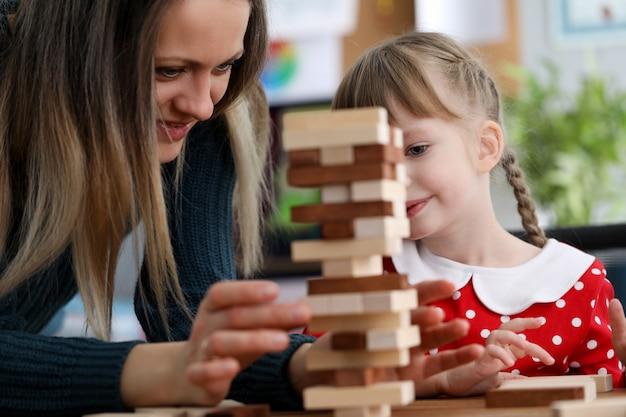 Schattig kind spelen met speelgoed