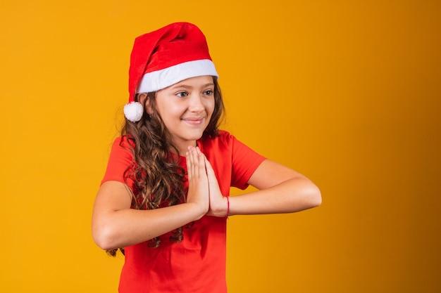 Schattig kind verkleed als mama claus bidden